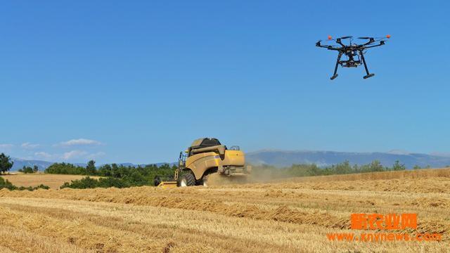 特定位置信息的作用除了帮助绘制土壤条件地图和提高产量外,还可利用卫星图片显示农作物的健康状况。现在,无人机可以收集高度清晰的农作物和农田照片。这些照片通过计算机分析可显示不同的反射光,据此科学家可了解农作物的健康状况和土壤类型等。比如,图中健康作物呈现清晰的亮色,而有病作物则呈现暗色,这可以被用于确定棉根腐病的存在。将来,农民或只需对感染区进行治疗。无人机的优势还包括成本低廉、照片细节清晰等,但有关它们在农业领域使用的合法性依然在探讨中。